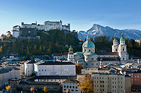 Oesterreich, Salzburger Land, Salzburg: Blick auf die Altstadt mit Dom und Festung Hohensalzburg, im Hintergrund der Untersberg | Austria, Salzburger Land, Salzburg: Old Town with Cathedral and Fortress Hohensalzburg, Untersberg mountain at background