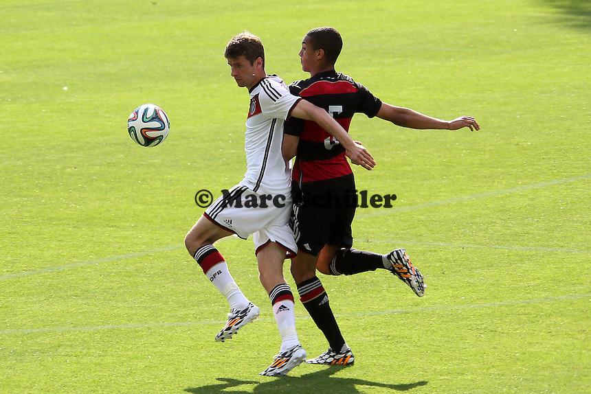 Thomas Müller gegen Malcom Cacutalua (U20) - Testspiel der Deutschen Nationalmannschaft gegen die U20 zur WM-Vorbereitung in St. Martin