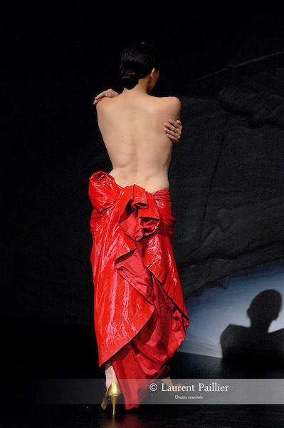 AZUSA<br /> Azusa Seyama dans &quot;Rought cut&quot; de Pina Bausch<br /> Th&eacute;&acirc;tre de la Ville de Paris le 16/06/2006