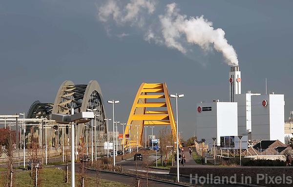 Nederland Utrecht - november 2018.  Leidsche Rijn. De Vleutensebaan. De Hogeweidebrug (geel) en een spoorbrug. Rechts de Douwe Egberts fabriek.  Foto Berlinda van Dam / Hollandse Hoogte
