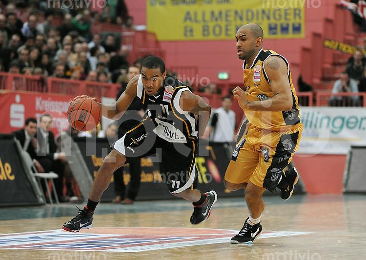 Basketball   1. Bundesliga 2009/2010  13.03.2010 Walter Tigers Tuebingen - New York Phantoms Braunschweig Michael Jenkins (li, Tigers) gegen John Allen (NY Phantoms)