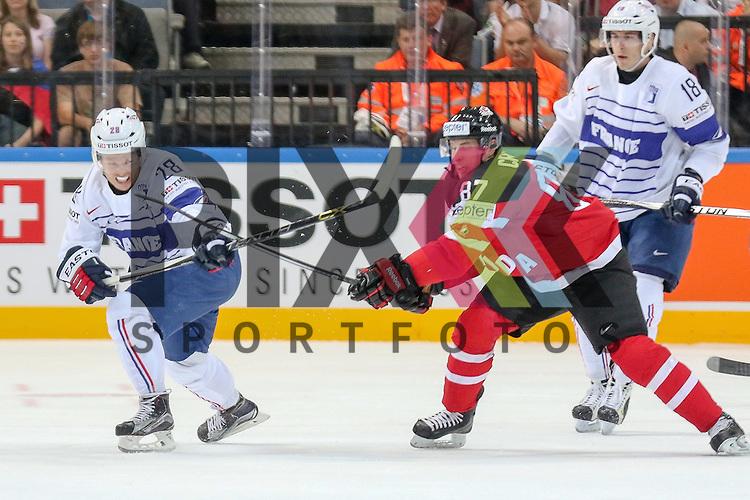 Frankreichs Raus, Damien (Nr.28) im Zweikampf mit Canadas Crosby, Sidney (Nr.87) im Spiel IIHF WC15 France vs Canada.<br /> <br /> Foto &copy; P-I-X.org *** Foto ist honorarpflichtig! *** Auf Anfrage in hoeherer Qualitaet/Aufloesung. Belegexemplar erbeten. Veroeffentlichung ausschliesslich fuer journalistisch-publizistische Zwecke. For editorial use only.