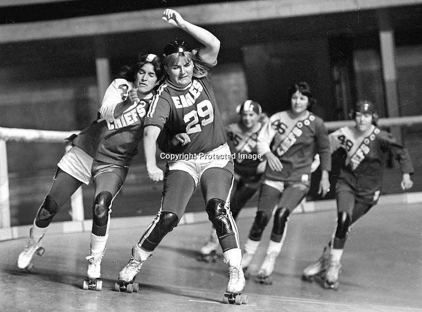 ROLLER DERBY: Eagles #29 Jan Vallow against #47 of the Chiefs. (1971 photo/Ron Riesterer)