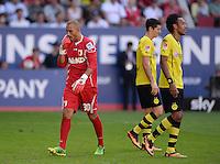 Fussball  1. Bundesliga  Saison 2013/2014    FC Augsburg - Borussia Dortmund      10.08.2013 Torwart Mohamed Amsif (FC Augsburg) enttaeuscht, Dortmunder Torschuetzen Pierre-Emerick Aubameyang (re) und Robert Lewandowski (hinten)