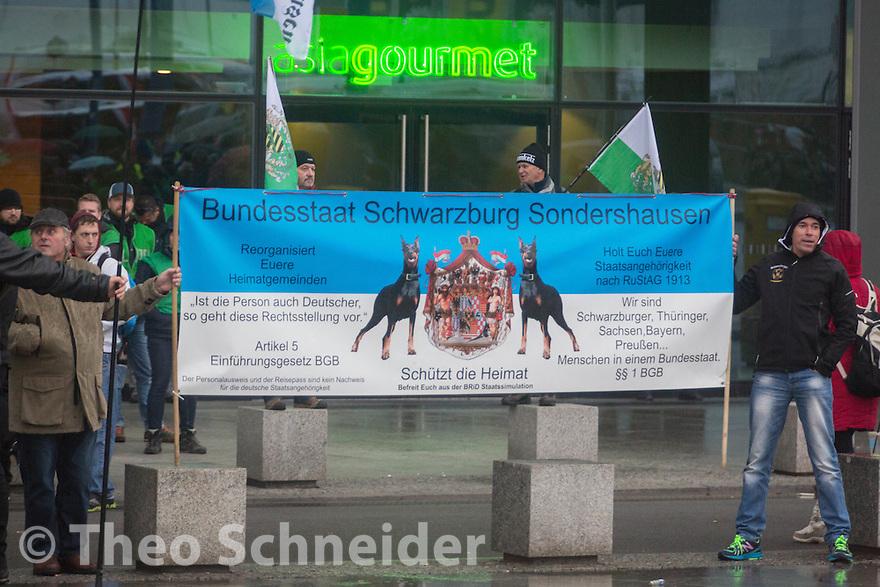 """Anhänger der sog. """"Reichsbürger"""" nahmen am rechten Aufzug teil. Hier mit eigenem Transparent. //Rechter Aufmarsch """"Merkel muss Weg!"""" und Gegenproteste in Berlin."""