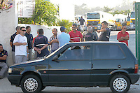 SAO PAULO, SP, 07 MARÇO DE 2012 -Motoristas de braços cruzado na garagem na Av Presidente Wilson.Policia Militar escolta caminhoes caregado de combustivel que sai de posto de abastecimento na Av Presidente Wilson na Vila Carioca o caminhao vai abastecer Guarulhos. (FOTO: ADRIANO LIMA - BRAZIL PHOTO PRESS)