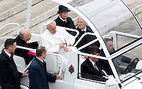 Papa Francesco guarda l'orologio al termine della messa per le Confraternite in Piazza San Pietro, Citta' del Vaticano, 5 maggio 2013..Pope Francis watches his watch as he leaves at the end of a mass for Confraternities in St. Peter's square at the Vatican, 5 May, 2013..UPDATE IMAGES PRESS/Riccardo De Luca..STRICTLY ONLY FOR EDITORIAL USE