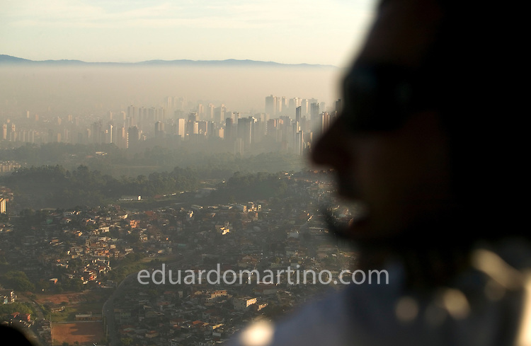 The weather conditions are not favourable for dispersing the air pollution while this pilot flies over the megalopolis. He informs his base through the radio that there's no visibility across the mountainous area towards the seaside, advising his colleagues scheduled to take helicopter owners to their houses on the beach that it's too dangerous to cross the smog. During those days, a top senior executive, owner of an important aviation company an experienced pilot himself, flew his helicopter with his wife on the way to their house in Angra dos Reis with bad weather. They disappeared during the flight, never to be found again. .