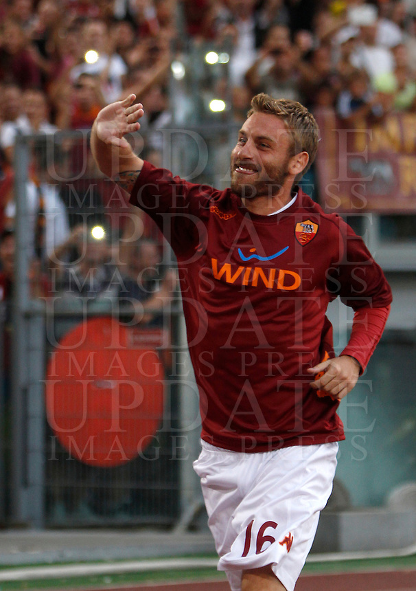 Calcio: partita amichevole Roma-Aris Salonicco. Roma, stadio Olimpico, 19 agosto 2012..AS Roma midfielder Daniele De Rossi waves to fans prior to the start of the football friendly match between AS Roma and Aris Thessaloniki, at Rome, Olympic stadium, 19 August 2012..UPDATE IMAGES PRESS/Isabella Bonotto