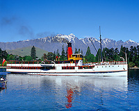 New Zealand, South Island, Queenstown: TSS Earnslaw on Lake Wakatipu and the Remarkables | Neuseeland, Suedinsel, Queenstown: TSS Earnslaw auf dem Lake Wakatipu und die Remarkables Bergkette