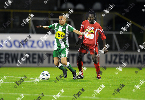 2012-10-13 / Voetbal / seizoen 2012-2013 / Racing Mechelen - KV Turnhout / Megan Laurent (RCM) met Daniel Owusu in de rug..Foto: Mpics.be