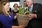 Foto: VidiPhoto<br /> <br /> DEN HAAG – Namens het kabinet heeft minister Carola Schouten van LNV maandag in het Zuiderstrandtheater in Den Haag de Nationale Bijenstrategie gepresenteerd. In 2030 moet het aantal bijen en andere bestuivers in Nederland zijn toegenomen. Bijen zijn van levensbelang voor land- en tuinbouw, mens en dier. De minister kreeg namens mede-initiatiefnemer KAVB een mand bloeiende bollen. De branchevereniging van de bloembollensector zet zich in met grootschalige bollenbeplantingen voor meer biodiversiteit in het openbaar groen,  natuurgebieden en particuliere tuinen. Ruim 350 verschillende bestuivers, waaronder de wilde bij en de hommel, hebben het moeilijk door gebrek aan voedsel. Nectarrijke bloembollen als krokussen, blauwe druifjes en sieruien bieden deze bestuivers voldoende voeding. Met de Nationale Bijenstrategie stimuleert de Rijksoverheid gemeenten, bedrijven en burgers om de biodiversiteit te vergroten. Foto: Minister (l) Carola Schouten van LNV en René le Clercq van de KAVB.