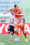 Jeju United Forward Marcelo Toscano (R) dribbles Urawa Reds Defender Moriwaki Ryota (L) during the AFC Champions League 2017 Round of 16 match between Jeju United FC (KOR) vs Urawa Red Diamonds (JPN) at the Jeju Sports Complex on 24 May 2017 in Jeju, South Korea. Photo by Yu Chun Christopher Wong / Power Sport Images
