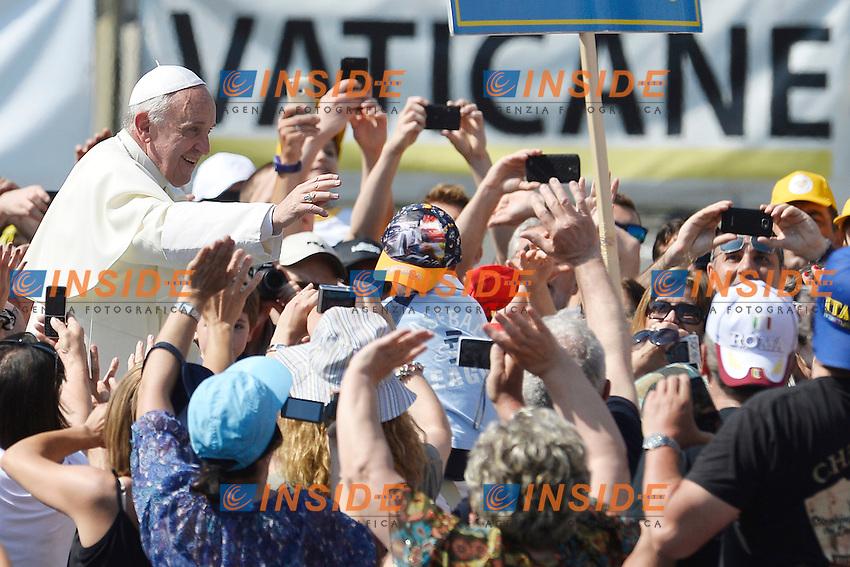 Pope Francis greets the faithfuls before the Mass.<br /> Papa Francesco saluta i fedeli prima della messa <br /> Citta' del Vaticano 16/5/2013 Piazza San Pietro<br /> Messa Evangelium Vitae Mass<br /> Foto Andrea Staccioli Insidefoto