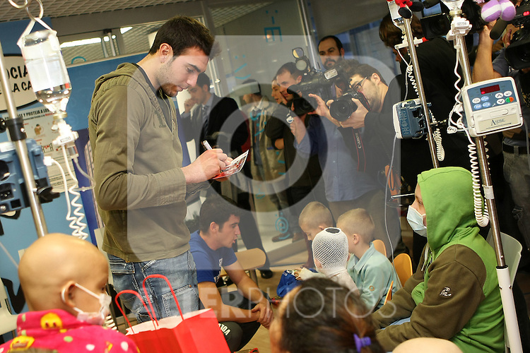 "Atletico de Madrid's player Roberto Jimenez during a visit to the Children's Hospital ""La Paz"" in Madrid. January 04 2010..(ALTERPHOTOS/Acero)."