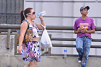 SAO PAULO, 18 DE FEVEREIRO DE 2013. - CLIMA TEMPO SP - Paulistano vive tarde quente e ensolarada na regiao central da capital, no inicio da tarde desta segunda feira, 18. (FOTO: ALEXANDRE MOREIRA / BRAZIL PHOTO PRESS).