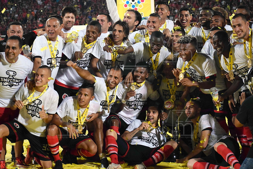 CÚCUTA - COLOMBIA, 26-11-2018:Jugadores del Cúcuta Deportivo levantan el trofeo que los confirma  como campeones del torneo Aguila 2018 al vencer al Unión Magdalena dos goles por cero en el estadio General Santader de la ciudad de Cúcuta ./ Players of Cucuta Deportivo  lift the trophy champion of the Aguila 2018 Tournament by defeating Unión Magdalena two goals to zero played in  General Santander stadium in Cucuta city.  Photo: VizzorImage / Manuel Hernández / Contribuidor