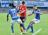 BOGOTA - COLOMBIA -20 -09-2015: Deiver Machado (Izq) y Andres Cadavid (Der) jugadores de Millonarios disputan el balón con Jorge Ramos (C) jugador de Uniautónoma durante partido por la fecha 13 de la Liga Águila II 2015 jugado en el estadio Nemesio Camacho El Campín de la ciudad de Bogotá./ Deiver Machado (L) and Andres Cadavid (R) player of Millonarios fights for the ball with Jorge Ramos (C) player of Uniautonoma during the match for the 13th date of the Aguila League II 2015 played at Nemesio Camacho El Campin stadium in Bogota city. Photo: VizzorImage / Ericka Rozo / Staff.