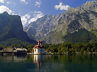 DEU, Deutschland, Bayern, Oberbayern, Berchtesgadener Land: Wallfahrtskirche St. Bartholomae am Koenigssee vorm Watzmann | DEU, Germany, Bavaria, Upper Bavaria, Berchtesgadener Land: pilgrimage church St. Bartholomae at lake Koenigssee and Watzmann mountain