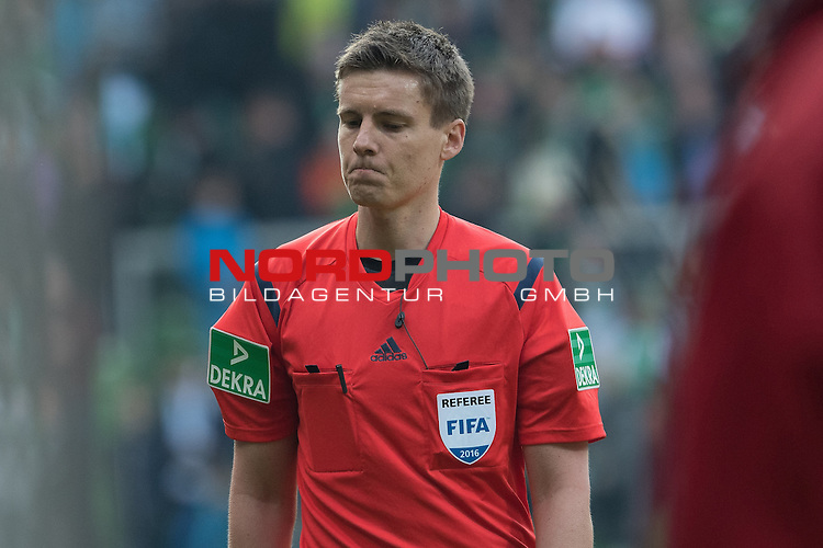 09.04.2016, Weser Stadion, Bremen, GER, 1.FBL. Werder Bremen vs FC Augsburg, im Bild<br /> <br /> Daniel Siebert (Schiedsrichter / Referee)<br /> Gestik, Mimik,<br /> <br /> <br /> Foto &copy; nordphoto / Kokenge