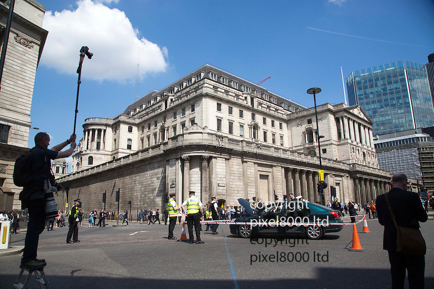 Bank of England abandoned car causes chaos at lunchtime today<br /> <br /> <br /> <br /> <br /> Pic by Gavin Rodgers/Pixel 8000 Ltd