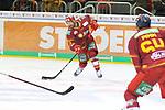 Duesseldorfs Alex Barta (Nr.29) nimmt Mass beim Spiel in der DEL, Duesseldorfer EG (rot) - Grizzlys Wolfsburg (weiss).<br /> <br /> Foto © PIX-Sportfotos *** Foto ist honorarpflichtig! *** Auf Anfrage in hoeherer Qualitaet/Aufloesung. Belegexemplar erbeten. Veroeffentlichung ausschliesslich fuer journalistisch-publizistische Zwecke. For editorial use only.
