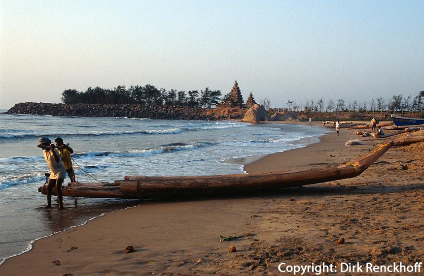 Fischerboote vor Strandtempel 7. Jh.  in Mahabalipuram (Tamil Nadu), Indien,  Unesco-Weltkulturerbe