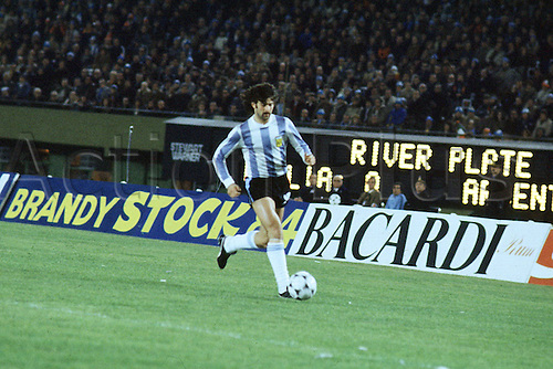 25.06.1978  Argentinian Mario Kempes with the Ball at the 1978 football world cup Final, at the BuenAires River Plate Stadium.
