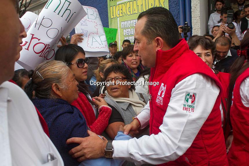 San Juan del R&iacute;o, Qro., febrero 14 del 2015.- Gerardo S&aacute;nchez V&aacute;zquez se registr&oacute; de manera formal como pre candidato a la presidencia municipal de San Juan del R&iacute;o ante la Comisi&oacute;n Electoral del Partido Revolucionario Institucional.<br /> <br /> Acompa&ntilde;ado por representantes de los diversos sectores que conforman el pri&iacute;smo sanjuanense, tambi&eacute;n lo flanquearon su esposa Isabel; sus hijos Jos&eacute; Armando y Rodrigo, sus padres, Lourdes e Isaac; expresidentes municipales y militantes que llegaron para atestiguar este relevante acto partidista con miras a la renovaci&oacute;n del gobierno municipal el pr&oacute;ximo 07 de junio.