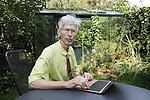 Foto: VidiPhoto<br /> <br /> NIJMEGEN – De 69-jarige Johan Vollenbroek uit Nijmegen is de man die al maandenlang overheid en (boeren)bedrijven de nodige hoofdpijn bezorgd. De oud-chemicus vecht met succes het stikstofbeleid van de overheid aan en inmiddels zijn al duizenden bouwprojecten stilgelegd of afgeblazen. Nu is Schiphol aan de buurt, want volgens Vollenbroek beschikt de nationale luchthaven niet over een natuurvergunning. Zeker 100.000 starts en landingen zijn daardoor illegaal. Al eerder schreef hij een 'oorlogsverklaring' in een brief aan premier Rutte. Volgens Vollenbroek is zijn juridische strijd niet tegen de boer gericht, maar tegen het beleid. Hij is zelf zoon van een boer uit de Achterhoek. Vollenbroek is voorzitter van Mobilisation for the Environment (Mob). Door de juridische strijd van Mob zette de rechter twee maanden geleden een streep door de regeling Programma Aanpak Stikstof (PAS).