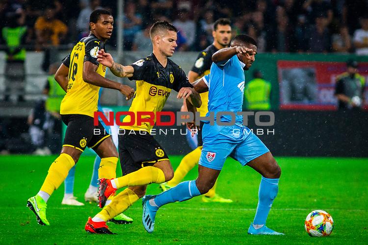 09.08.2019, Merkur Spiel-Arena, Düsseldorf, GER, DFB Pokal, 1. Hauptrunde, KFC Uerdingen vs Borussia Dortmund , DFB REGULATIONS PROHIBIT ANY USE OF PHOTOGRAPHS AS IMAGE SEQUENCES AND/OR QUASI-VIDEO<br /> <br /> im Bild | picture shows:<br /> Foulspiel Julian Weigl (Borussia Dortmund #33) an Franck Evina (KFC Uerdingen #18), <br /> <br /> Foto © nordphoto / Rauch
