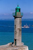 Europe/France/Bretagne/22/Côtes d'Armor/Plérin-Sous-La-Tour: Le phare du Port du Légué et bateau de pêche rentrant au port