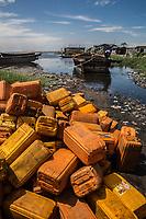 Traffico illegale benzina dalla Nigeria al Benin<br /> scarico dei bidoni da un barcone