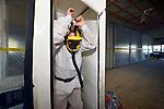 UTRECHT - In Utrecht zijn medewerkers van TN Sloopwerken uit Scharsterbrug bezig met het leeghalen van kantoorgebouw Cranenborch. Het pand is het middelste gebouw van een rijtje van 3 kantoren, waar dwars door heen, een nieuwe busbaan(HOV) en tramlijn gepland is. Omdat destijds tijdens de bouw asbest gebruikt is in de bekisting, is het Friese bedrijf ondertussen ook begonnen met asbestsanering, waarbij etage na etage, plastic tussenwanden, sluizen en kleedruimtes moeten worden gebouwd voordat handmatig kan worden verwijderd. De kantoorpanden ernaast, Leeuwensteyn en Sypesteyn, moeten overeind blijven. COPYRIGHT TON BORSBOOM