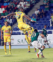 CALI - COLOMBIA -05 -03-2014: Carlos Lizarazo (Der.) jugador de Deportivo Cali disputa el balón con Cesar Mena (Izq.) jugador de Atletico Huila, durante partido pendiente de la sexta fecha de la Liga Postobon I-2014, jugado en el estadio Pascual Guerrero de la ciudad de Cali. / Carlos Lizarazo (R) player  of Deportivo Cali vies for the ball with Cesar Mena (L) player of Atletico Huila during a pending match for the sixth date of the Liga Postobon I-2014 at the Pascual Guerrero stadium in Cali city. Photo: VizzorImage  / Juan C Quintero / Str.