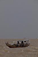 Barcos de pesca, passageiros, navios e lanchas ,  navegam pela baia do Guajará em dia de forte correnteza pela chagada da chuva que começa a cair.<br /> Belém, Pará, Brasil.<br /> Foto Paulo Santos<br /> 27/09/2013
