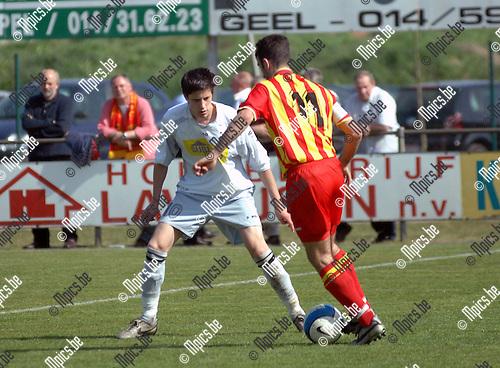 2007-04-22 / Verbroedering Meerhout -FC Capellen: Severeyns Francis van Capellen stuit op de verdediging van Steven Vandenbergh van Meerhout (links)