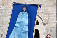 Francia, Camargue, Saintes Maries de la mer: la festa gitana in onore di Santa Sara la Nera, che si tiene ogni anno il 24 e 25 maggio. Il rituale prevede il trasporto della statua della santa dal mare alla terraferma e poi festeggiamenti con canti e balli. Nell'immagine: la raffigurazione della santa con abito azzurro su sfondo blu.<br /> Feast of the Gypsies, May 25 veneration of Saint Sarah the black Saintes Maries de la Mer, Camargue,