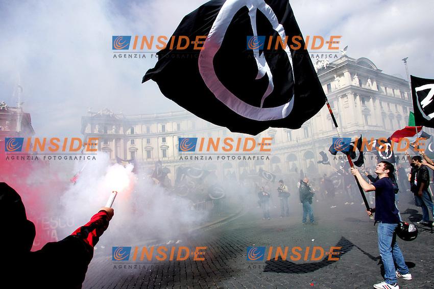 """Bandiere .Blocco Studentesco """" Giovinezza al Potere """" .Manifestazione Nazionale, sit-in a Piazza della Repubblica..Roma, 7 Maggio 2010..Photo Serena Cremaschi Insidefoto"""