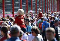 Fussball 1. Bundesliga:  Saison  Vorbereitung 2012/2013     Training beim FC Bayern Muenchen 17.08.2012 Fans beobachten das Training auf dem Trainingsgelaende an der Saebenerstrasse hinter dem Zaun