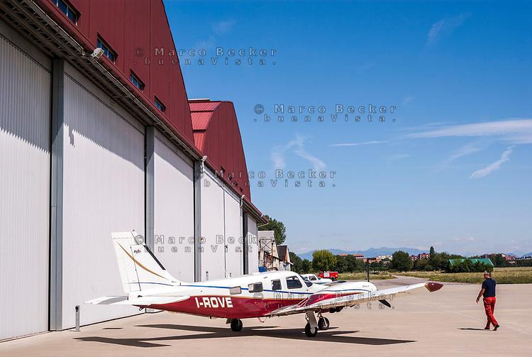 Aero Club Bresso (Milano). Aereo da turismo Piper presso gli Hangar --- Bresso Airfield flying club near Milan. General aviation Piper aircraft by the Hangars