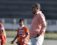 BELLO -COLOMBIA-05-04-2014. John Jairo López  técnico del América Cali gesticula durante partido con Deportivo Rionegro por la fecha 12 del Torneo Postobón I 2014 jugado en el estadio Tulio Ospina de la ciudad de Bello./ John Jairo Lopez coach of America de Cali gestures during the match with Deportivo Rionegro during the match for the 12th date of Postobon Tournament I 2014 at Tulio Ospina stadium in Bello city. Photo: VizzorImage/ Gabriel Aponte / Staff
