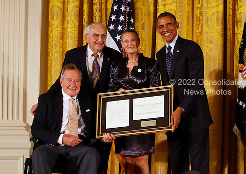 "Former United States President George H.W. Bush and U.S. President Barack Obama at a ceremony in the East Room of the White House to present the 5,000th ""Daily Point of Life"" on July 15, 2013. Left to right: President George H.W. Bush, Floyd Hammer, Kathy Hamilton, and President Obama. <br /> Credit: Dennis Brack / Pool via CNP"