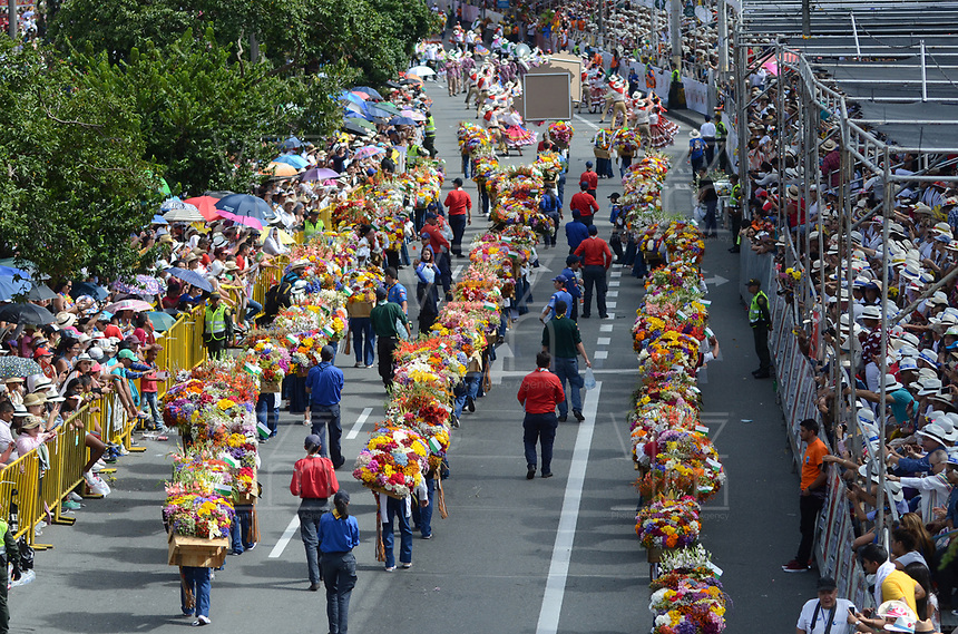 MEDELLÍN - COLOMBIA, 07-08-2017: El tradicional desfile de silleteros se realizó hoy, 07 agosto de 2017, por las calles de Medellín  como un evento más de la versión 60 de la Feria de las Flores 2017 que se realiza en la capital de Antioquia./ The tradictional Silleteros parade was made today, 07 July 2017, by the streets of Medellin as one event more of the 60th version of Flower Fair 2017 that takes place in the Antioquia's capital. Photo: VizzorImage / Leon Monsalve / Cont