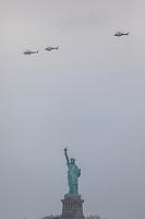 Nova York (EUA), 28/05/2019 - Turismo / Estados Unidos - Três helicópteros da NYPD são vistos sobre a Estatua da Liberdade em Nova York, nos Estados Unidos.  (Foto: William Volcov/Brazil Photo Press/Agencia O Globo) Mundo