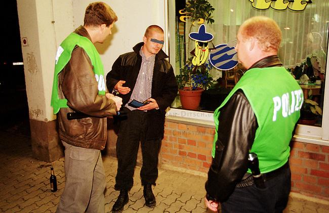 Personalienkontrolle eines rechtsextremen Skinheads in Prenzlau/Brandenburg durch Beamte der brandenburger Polizeispezialeinheit MEGA (Mobiler Einsatztrupp gegen Extremismus und Auslaenderfeindlichkeit).<br /> Die Beamten wurden wegen einer Ruhestoerung durch Skinheads vor einem Imbiss von veraengstigten Anwohnern gerufen und stellten die Personalien aller Anwesenden fest.<br /> Der Skinhead wurde anschliessend wegen nichtbefolgen eines Platzverweises festgenommen.<br /> 16.9.2000, Prenzlau<br /> Copyright: Christian-Ditsch.de<br /> [Inhaltsveraendernde Manipulation des Fotos nur nach ausdruecklicher Genehmigung des Fotografen. Vereinbarungen ueber Abtretung von Persoenlichkeitsrechten/Model Release der abgebildeten Person/Personen liegen nicht vor. NO MODEL RELEASE! Nur fuer Redaktionelle Zwecke. Don't publish without copyright Christian-Ditsch.de, Veroeffentlichung nur mit Fotografennennung, sowie gegen Honorar, MwSt. und Beleg. Konto: I N G - D i B a, IBAN DE58500105175400192269, BIC INGDDEFFXXX, Kontakt: post@christian-ditsch.de<br /> Bei der Bearbeitung der Dateiinformationen darf die Urheberkennzeichnung in den EXIF- und  IPTC-Daten nicht entfernt werden, diese sind in digitalen Medien nach &sect;95c UrhG rechtlich gesch&uuml;tzt. Der Urhebervermerk wird gemaess &sect;13 UrhG verlangt.]