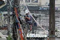 SAO PAULO, SP, 18.05.2015 - CENA-SP - Funcionário de operadora de tv á cabo trabalha sobre fiação em um poste no bairro do Sacomã, zona sul de Sào Paulo na manhã desta segunda-feira, (18). (Foto: Renato Mendes/Brazil Photo Press)