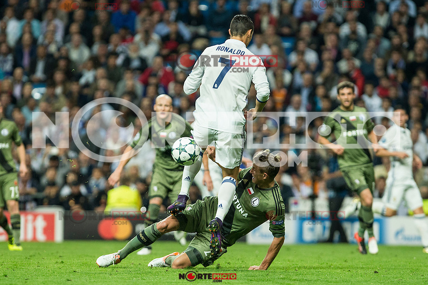 Legia Warszawa's Kasper Hamalinen Real Madrid's Cristiano Ronaldo during the match of UEFA Champions League group stage between Real Madrid and Legia de Varsovia at Santiago Bernabeu Stadium in Madrid, Spain. October 18, 2016. (ALTERPHOTOS/Rodrigo Jimenez) /NORTEPHOTO.COM