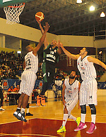 TUNJA -COLOMBIA-05-05-2014. Forbes (Centro) de Aguilas de Tunja disputa el balon con Salcedo (Der) y Forbes (Izq)  de Piratas de Bogota durante partido de La Liga Directv 1 de baloncesto jugado en el coliseo Departamental de Boyaca . Forbes (center) of Aguilas de Tunja dispute the ball with Salcedo (Der) and Forbes (L) of Piratas of Bogota for DirecTV La Liga match 1 Departmental basketball played in the Coliseum Boyaca. Photo: VizzorImage / Jose Miguel Palencia  /  Stringer