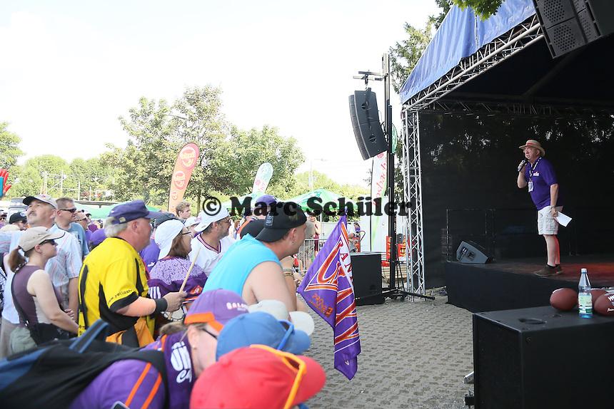 Galaxy-Stadionsprecher Werner Reinke begrüßt die Fans  - Frankfurt Galaxy vs. Kirchdorf Wildcats, Frankfurter Volksbank Stadion